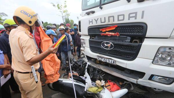CSGT làm việc tại hiện trường vụ tai nạn - Sputnik Việt Nam