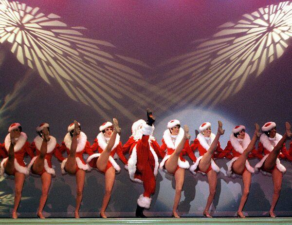 Vũ điệu Cancan qua trình diễn của Santa Claus và Nàng Bạch Tuyết - vũ công Rockettes - Sputnik Việt Nam