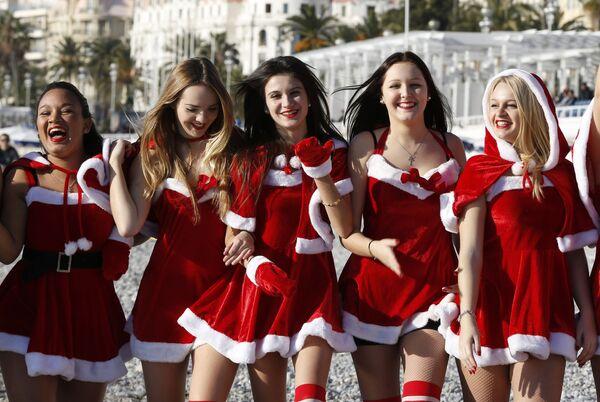 Các cô gái trong trang phục Năm Mới tạo dáng trên bãi biển Nice - Sputnik Việt Nam
