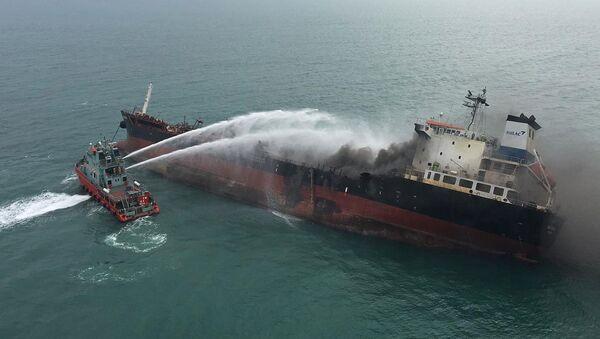 Tàu cứu hỏa Hong Kong phun nước lên tàu dầu Aulac Fortune để chữa cháy. - Sputnik Việt Nam