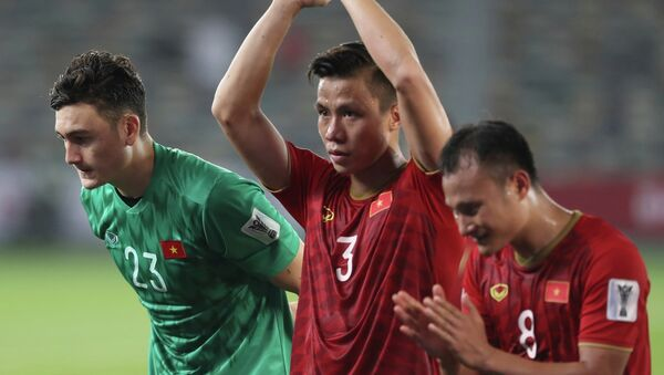 Các tuyển thủ cảm ơn CĐV đã cổ vũ cho đội bóng. - Sputnik Việt Nam