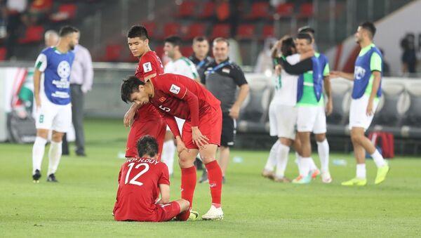 Tiền vệ Hồng Duy (số 12) bị đau sau khi kết thúc trận đấu. - Sputnik Việt Nam