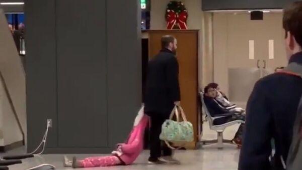 Đoạn video quay cảnh ông bố túm mũ con gái kéo xềnh xệch ở sân bay dậy sóng trên mạng - Sputnik Việt Nam