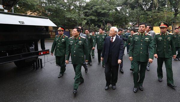 Tổng Bí thư, Chủ tịch nước Nguyễn Phú Trọng, Bí thư Quân ủy Trung ương xem trưng bày, giới thiệu các khí tài quân sự của ngành Quốc phòng. - Sputnik Việt Nam