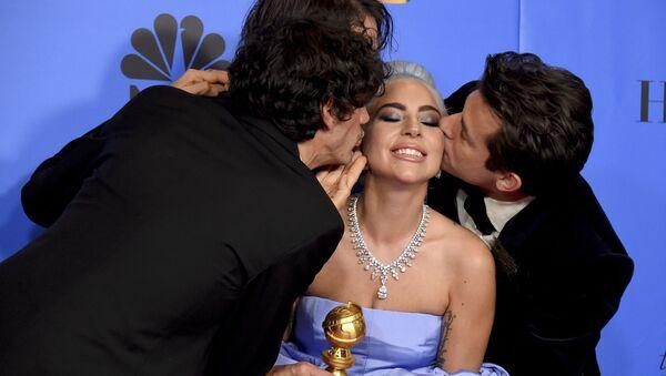Anthony Rossomando, Andrew Wyatt và Mark Ronson hôn Lady Gaga trong Lễ trao giải Quả cầu vàng ở Beverly Hills - Sputnik Việt Nam