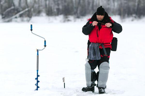 Người tham gia Giải vô địch thành phố câu cá trên băng trong công viên văn hóa và giải trí mang tên Stepanov trên sông Uvod ở Ivanovo - Sputnik Việt Nam
