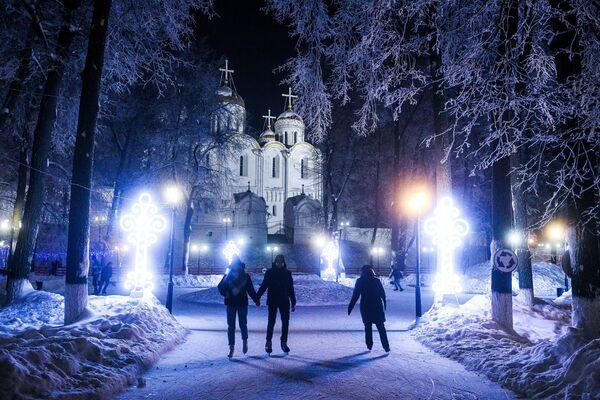 Cư dân trượt băng gần Nhà thờ Uspensky ở Vladimir - Sputnik Việt Nam