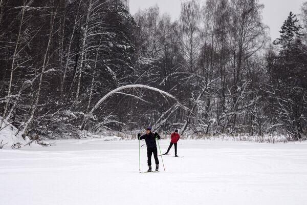 Khách nghỉ ngơi trượt tuyết trong khu giải trí Bitsa ở Moskva - Sputnik Việt Nam