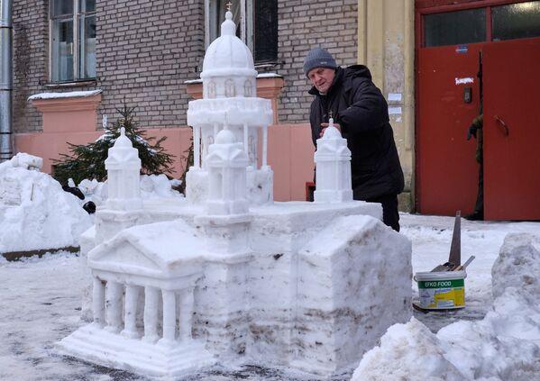 Họa sĩ Vladimir Kuzmin, người đã xây dựng Nhà thờ lớn St. Isaac bằng tuyết trong sân nhà của mình ở quận Primorsky, St. Petersburg - Sputnik Việt Nam