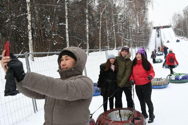 Trượt tuyết từ đồi Vsepogorka trong công viên Sokolniki, Moskva - Sputnik Việt Nam