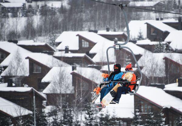 Nhóm người trượt tuyết, đi cáp treo tại khu nghỉ dưỡng trượt tuyết Sorochany ở vùng ngoại ô Moskva - Sputnik Việt Nam