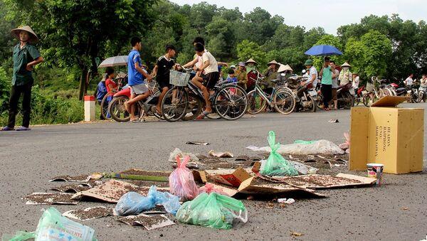 Người dân mang ruồi ra chặn xe chở rác ở Nam Sơn - Sputnik Việt Nam
