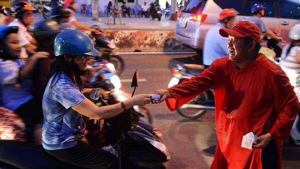 Chú Ba Chánh vừa bán vừa chúc Tết mọi người - Sputnik Việt Nam