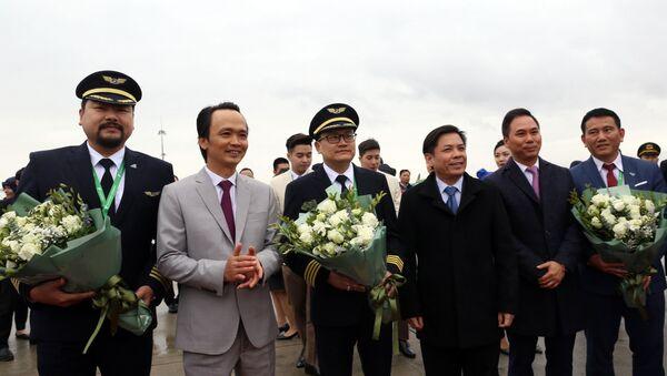 Bộ trưởng Bộ GTVT Nguyễn Văn Thể và Chủ tịch tập đoàn FLC Trinh Văn Quyết tặng hoa chúc mừng tổ lái chiếc máy Airbus A321neo đầu tiên của hãng. - Sputnik Việt Nam