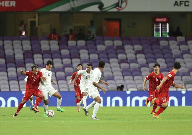 Cầu thủ Trọng Hoàng nỗ lực đi bóng qua cầu thủ đối phương (hiệp 1).