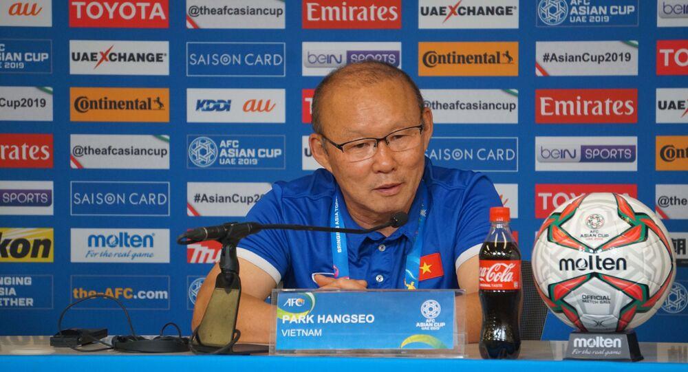 HLV trưởng đội tuyển Việt Nam Park Hang-seo tại buổi họp báo sau khi kết thúc trận đấu.