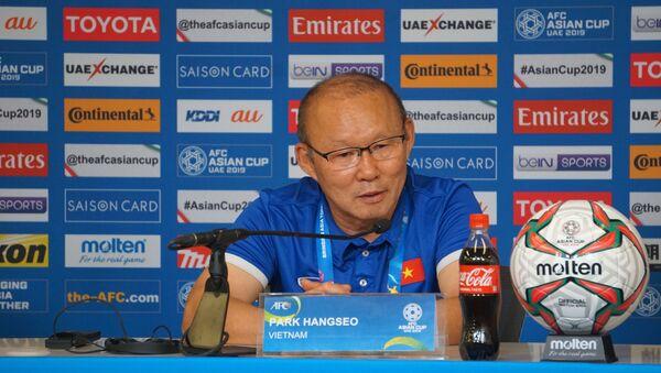HLV trưởng đội tuyển Việt Nam Park Hang-seo tại buổi họp báo sau khi kết thúc trận đấu. - Sputnik Việt Nam