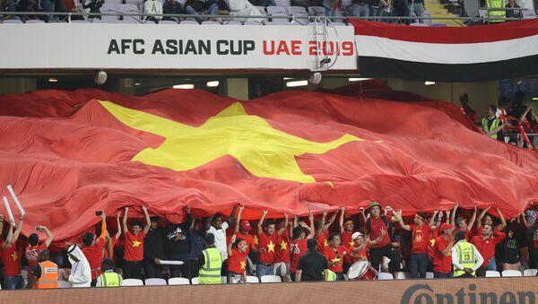 Rất đông CĐV Việt Nam đã đến sân để cổ vũ, tiếp thêm động lực cho đội nhà thi đấu và giành chiến thắng. - Sputnik Việt Nam