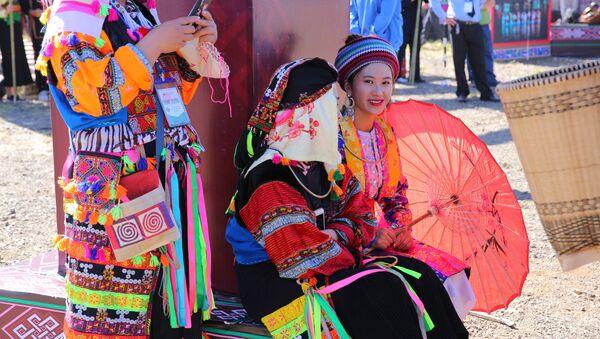 Những cô gái Tây Nguyên trong trang phục thổ cẩm truyền thống - Sputnik Việt Nam