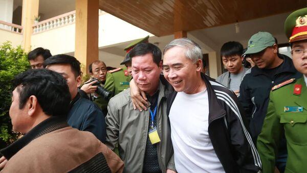 Ông Trương Qúy Dương được người thân đưa về sau phiên tòa - Sputnik Việt Nam