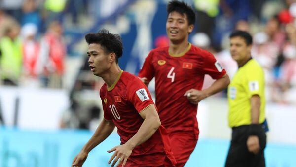 Công Phượng ăn mừng bàn thắng cân bằng tỷ số 1-1. - Sputnik Việt Nam