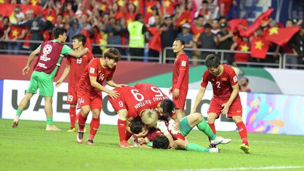 Đội tuyển Việt Nam ăn mừng khi lần thứ 2 có mặt ở vòng tứ kết Asian Cup, sau lần đầu tiên vào năm 2007. - Sputnik Việt Nam
