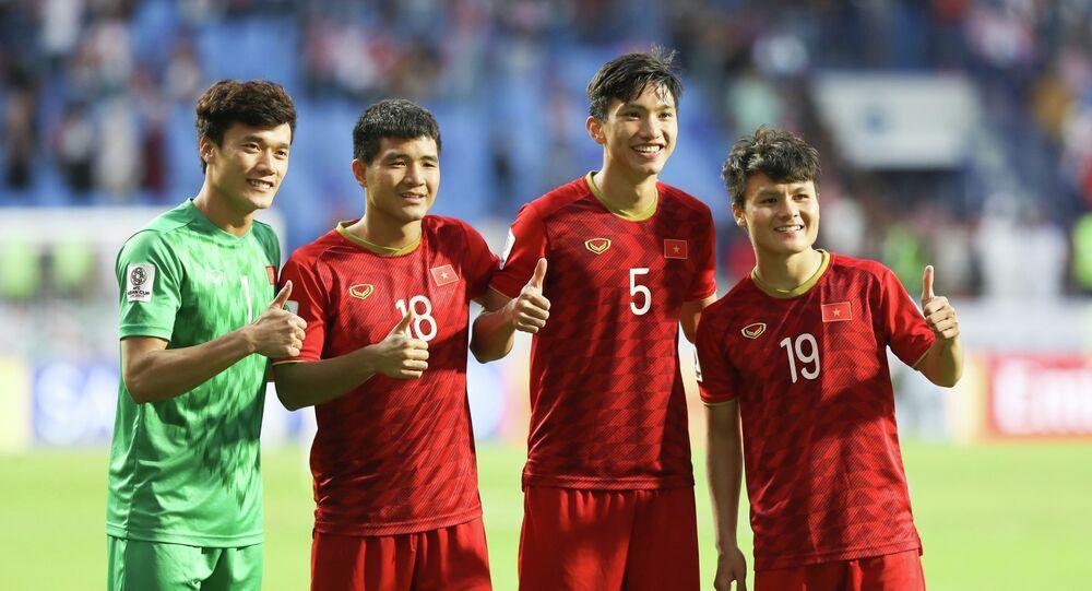 Bùi Tiến Dũng, Hà Đức Chinh, Đoàn Văn Hậu và Nguyễn Quang Hải ăn mừng cùng cổ động viên trên sân vận động Al-Maktoum.