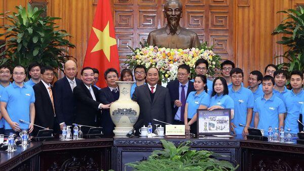 Thủ tướng Nguyễn Xuân Phúc tặng quà lưu niệm cho Trung tâm Vũ trụ Việt Nam thuộc Viện Hàn lâm Khoa học và Công nghệ Việt Nam - Sputnik Việt Nam