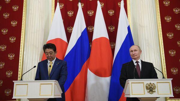 Tổng thống Vladimir Putin đã có cuộc hội đàm với Thủ tướng Nhật Bản Shinzo Abe tại Moskva. - Sputnik Việt Nam
