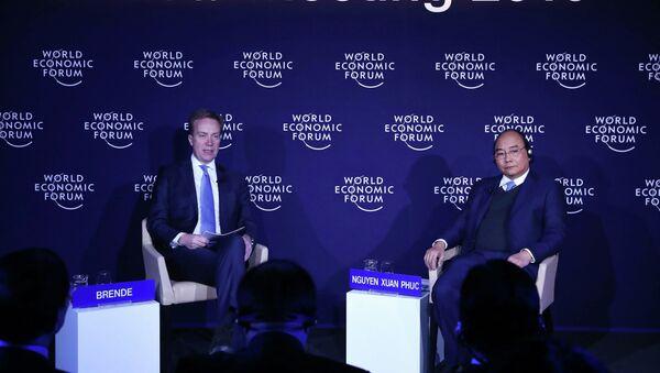 Thủ tướng Nguyễn Xuân Phúc và Chủ tịch WEF Borge Brende tại buổi đối thoại. - Sputnik Việt Nam