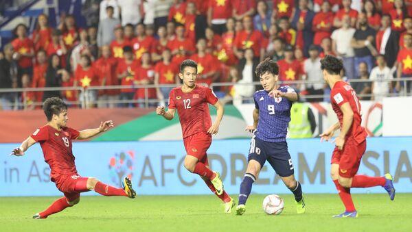 Pha tranh bóng giữa cầu thủ hai đội. - Sputnik Việt Nam