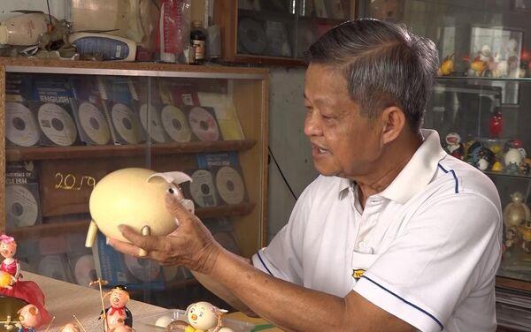 Ông Nguyễn Thành Tâm với chú heo từ vỏ trứng đà điểu - Sputnik Việt Nam