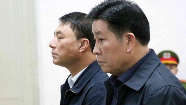 Bị cáo Bùi Văn Thành (bên phải), cựu Trung tướng, Thứ trưởng Bộ Công an và Bị cáo Trần Việt Tân, cựu Thượng tướng, Thứ trưởng Bộ Công an tại phiên tòa. - Sputnik Việt Nam