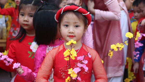 Trẻ mầm non trường Hoa Sen, thành phố Vinh thích thú với ngày hội Ngày Tết quê em. - Sputnik Việt Nam