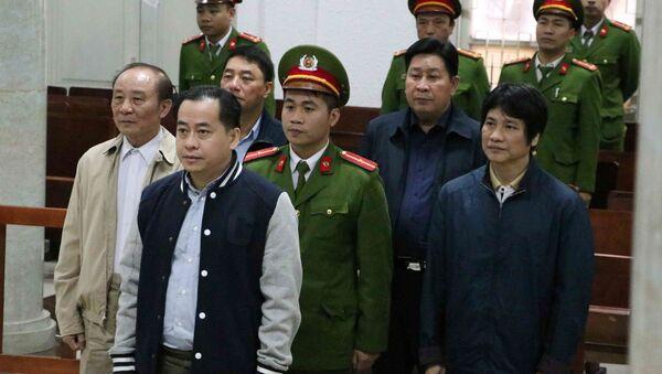 Bị cáo Phan Văn Anh Vũ và các bị cáo tại phiên tòa.  - Sputnik Việt Nam