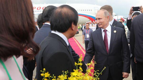 Tổng thống Nga Vladimir Putin đến Việt Nam tham dự hội nghị thượng đỉnh APEC sáng 10/11/2017. - Sputnik Việt Nam