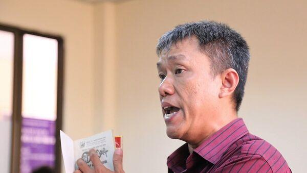 Ông Lê Linh đưa ra các tập truyện Thần đồng đất Việt để làm bằng chứng - Sputnik Việt Nam