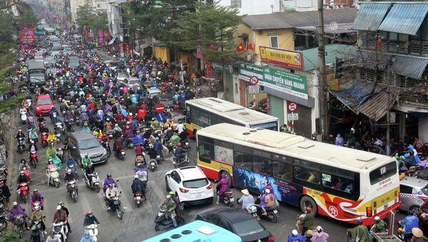 Tuyến phố Khâm Thiên những ngày bình thường đã luôn là điểm đen về ùn tắc giao thông, thì vào thời điểm cận Tết lại càng ách tắc nghiêm trọng hơn. - Sputnik Việt Nam