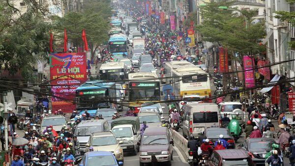Lưu lượng giao thông tăng nhanh, đặc biệt, trong khu vực nội đô khiến tình trạng ùn tắc cục bộ xảy ra trên nhiều tuyến đường. - Sputnik Việt Nam