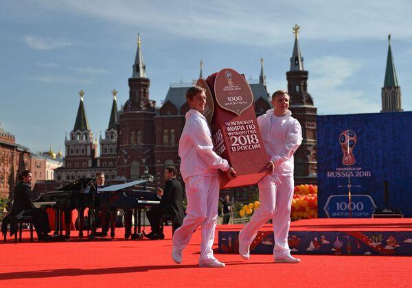 Nghi lễ long trọng vận hành đồng hồ đếm ngược trên Quảng trường Manezh Matxcơva thuộc khuôn khổ các hoạt động nhân mốc 1000 ngày trước lễ khai mạc World Cup 2018 tại Nga - Sputnik Việt Nam
