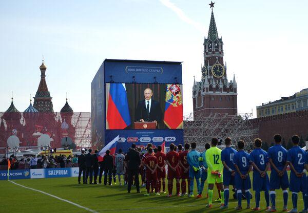 Cuộc giao lưu qua video của Tổng thống Nga Vladimir Putin với các thành viên tham gia vòng giải bóng đá trong thời gian các sự kiện kỷ niệm mốc 1000 ngày trước lễ khai mạc World Cup 2018 tại Nga - Sputnik Việt Nam