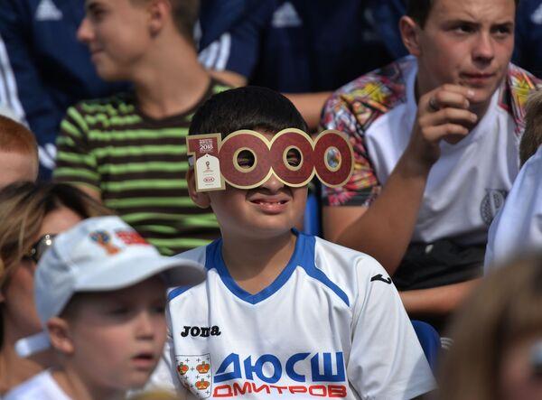 Các fan hâm mộ bóng đá trẻ tuổi trên lễ đài ở Quảng trường Đỏ trong loạt hoạt động kỷ niệm mốc 1000 ngày trước lễ khai mạc World Cup 2018 tại Nga. - Sputnik Việt Nam
