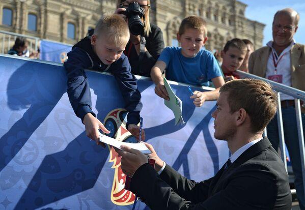 Danh thủ đội tuyển bóng đá Nga Aleksandr Kokorin ký tên lưu niệm trong thời gian các sự kiện kỷ niệm mốc 1000 ngày trước lễ khai mạc World Cup 2018 tại Nga - Sputnik Việt Nam