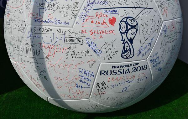 """Chủ thể nghệ thuật Quả bóng đá""""  trong thời gian các sự kiện kỷ niệm mốc 1000 ngày trước lễ khai mạc World Cup 2018 tại Nga - Sputnik Việt Nam"""