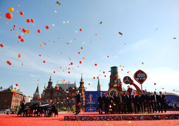 Nghi lễ long trọng vận hành đồng hồ đếm ngược trên Quảng trường Manezh Matxcơva thuộc khuôn khổ các hoạt động đánh dấu mốc 1000 ngày trước lễ khai mạc World Cup 2018 tại Nga - Sputnik Việt Nam
