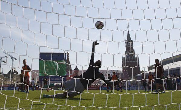 Thủ môn bắt bóng trong trận đấu trên Quảng trường Đỏ ở Matxcơva - Sputnik Việt Nam