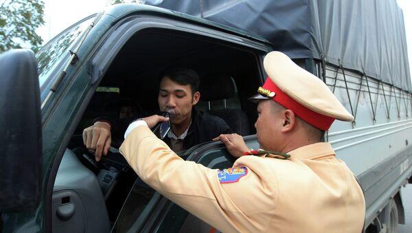 Cảnh sát giao thông Công an tỉnh Lào Cai thực hiện kiểm tra nồng độ cồn với lái xe tham gia giao thông trên đại lộ Trần Hưng Đạo, thành phố Lào Cai. - Sputnik Việt Nam