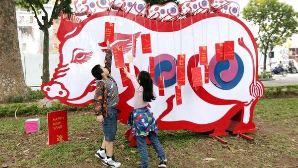Trẻ em vui sướng bên mô hình chú lợn năm 2019. - Sputnik Việt Nam