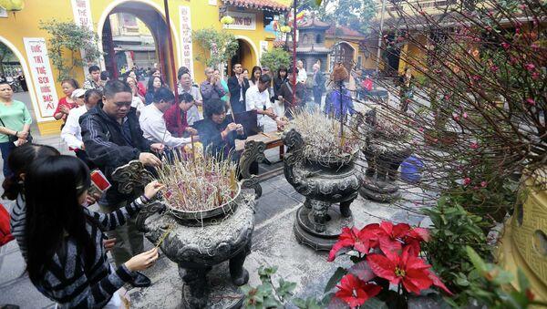 Người dân thủ đô đi lễ tại chùa Quán Sứ. - Sputnik Việt Nam