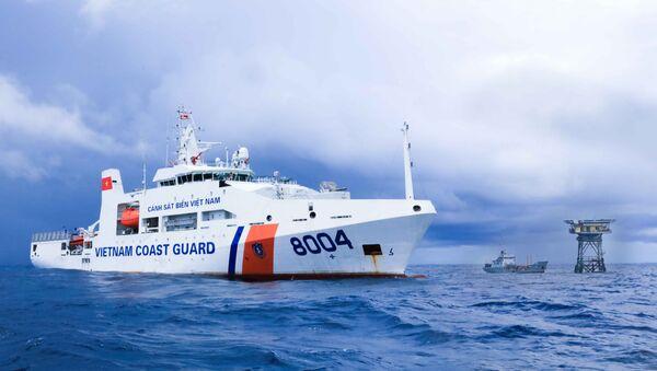 Tàu CSB 8004 tuần tra, kiểm tra, kiểm soát, thực thi pháp luật, khảo sát trên khu vực quần đảo Trường Sa và nhà giàn DK1. - Sputnik Việt Nam